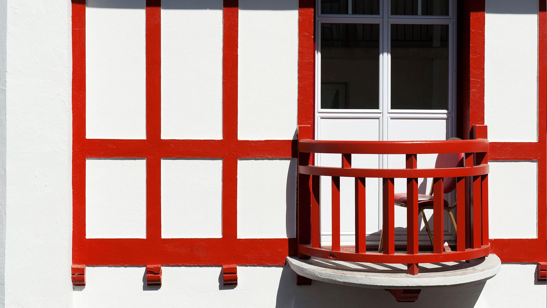 Balcon de chambre d'hôtel basque
